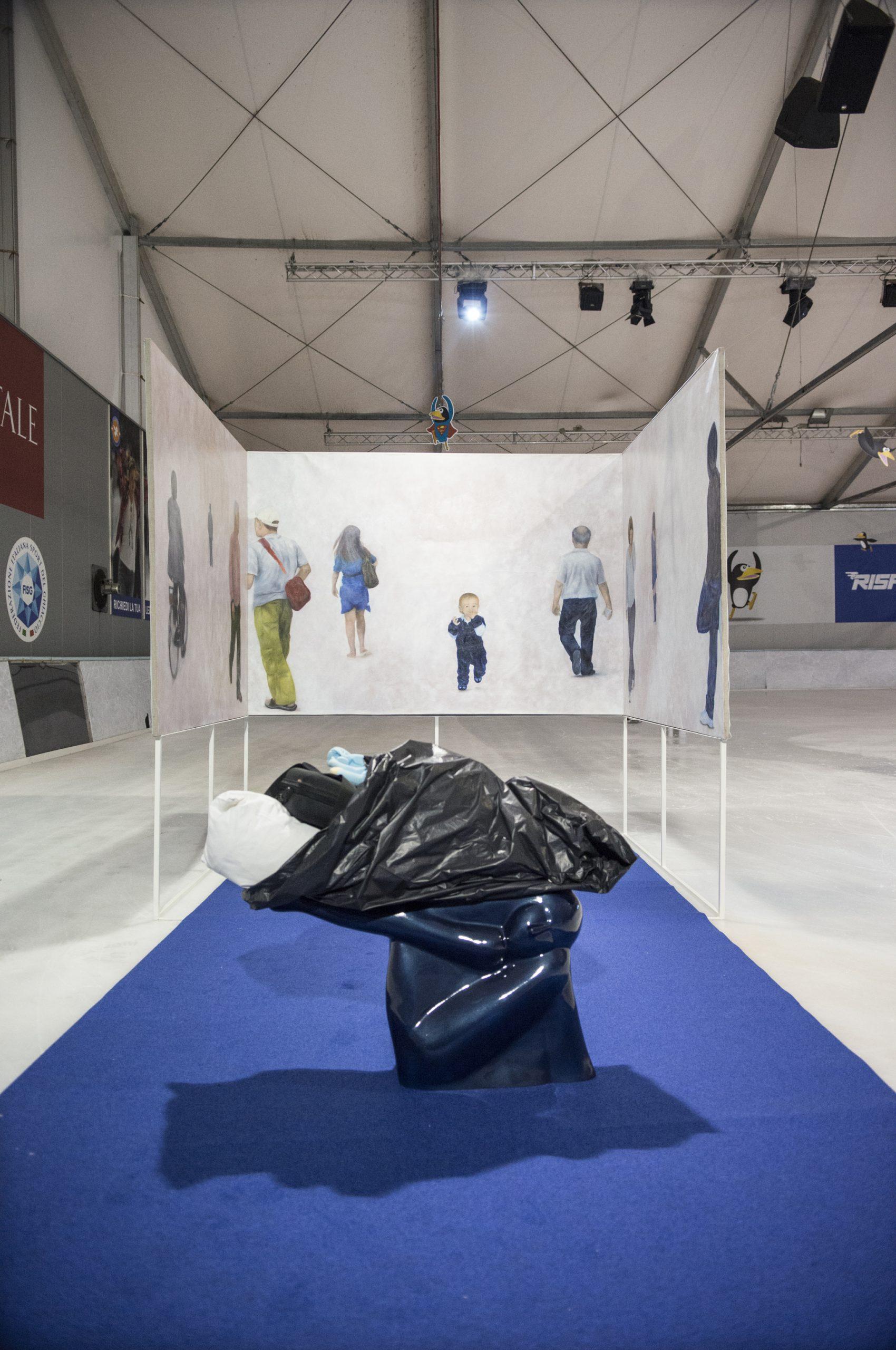 1)installazione disconnected dreams,3 tele dipinte ad olio e scultura in vetroresina con assemblaggio di oggetti,Cm 220x150,200x150,200x150,90x30x75,2011