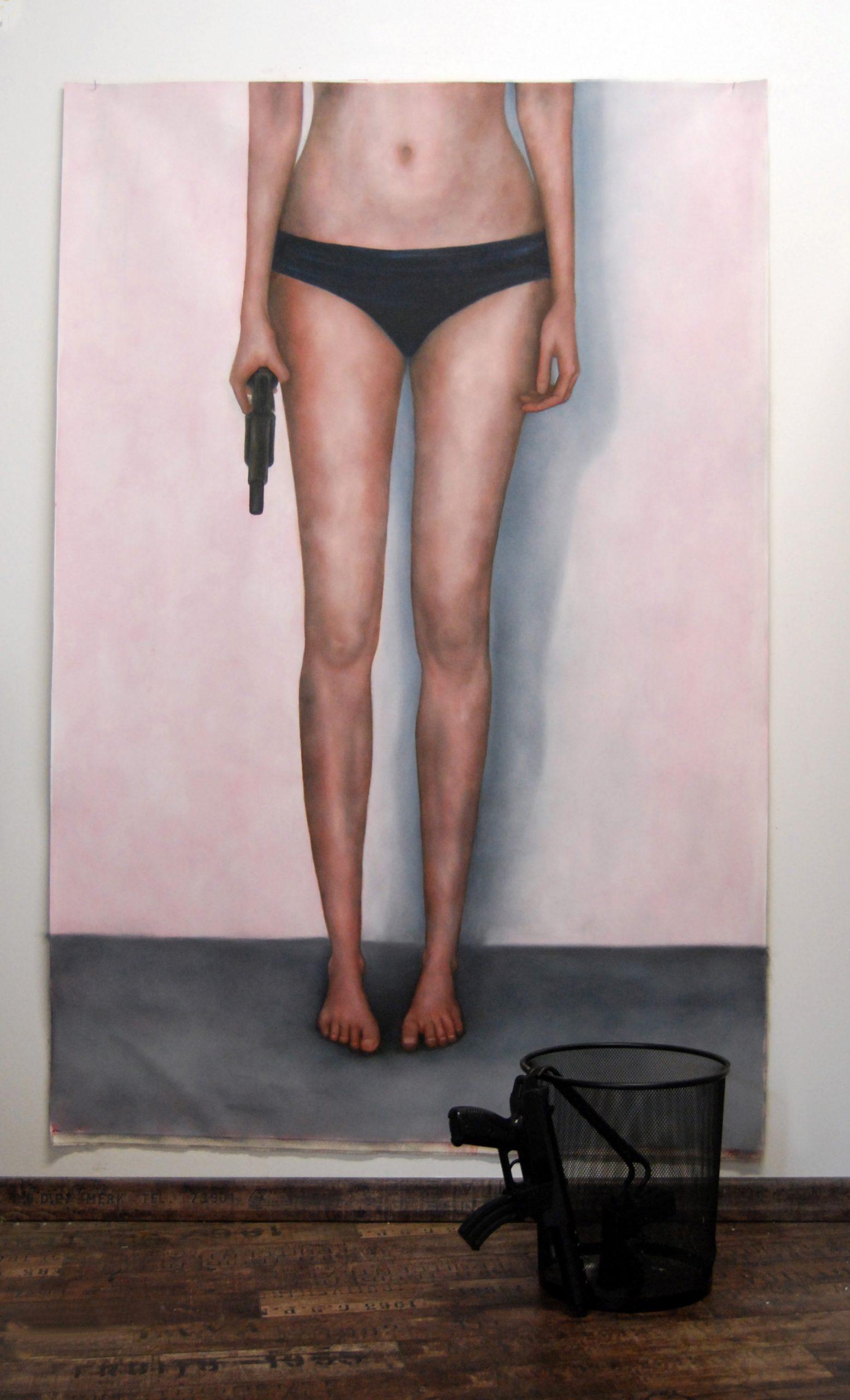 RinaldiGiacometti-03-Nudo con pistola-2015-100x150-olio su tela,armi plastiche,cestino in ferro